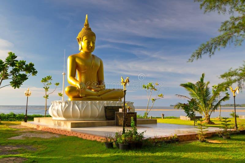Estatua de Buda de oro en el mar en Tailandia foto de archivo