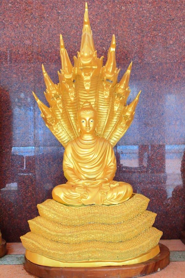 Estatua de Buda del oro imagenes de archivo