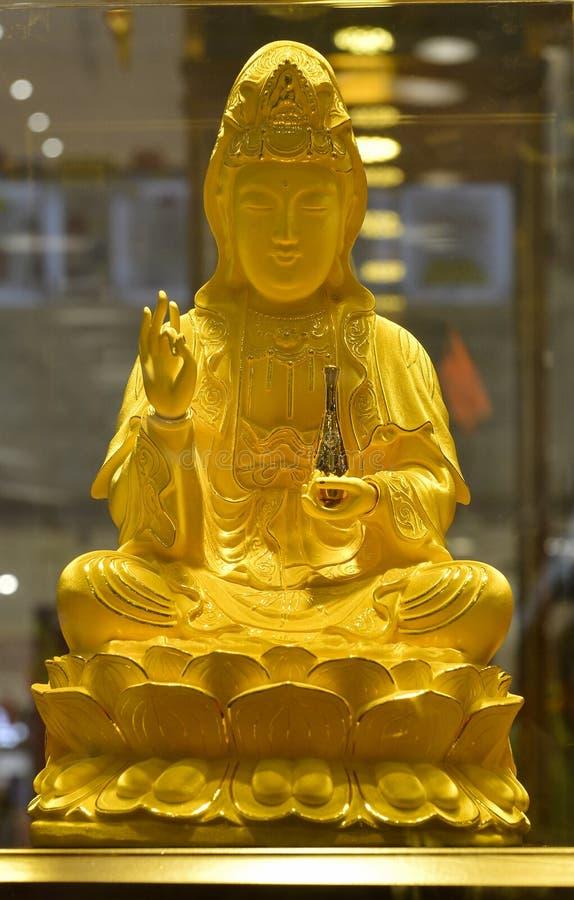 Estatua de Buda del oro de Avalokitesvara en la tienda del oro, escultura budista de Avalokiteshvara del bodhisattva, diosa de la imágenes de archivo libres de regalías