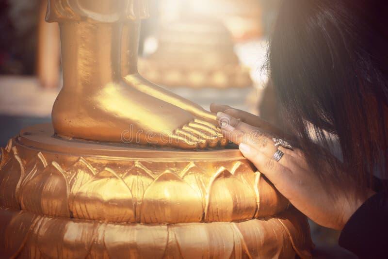 Estatua de Buda del oro en el templo de Tailandia foto de archivo