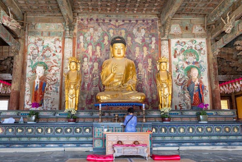 Estatua de Buda dentro de Daeungjeon del templo de Bulguksa fotografía de archivo libre de regalías