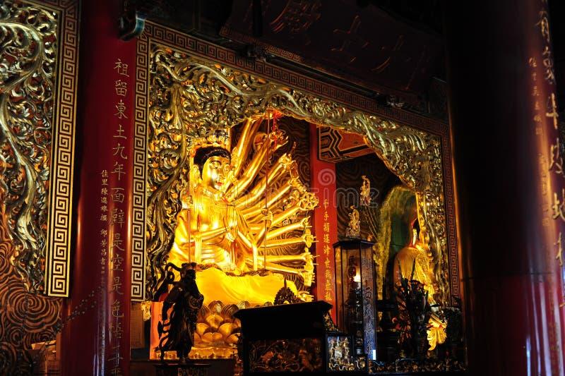Estatua de Buda dentro de un templo chino fotografía de archivo