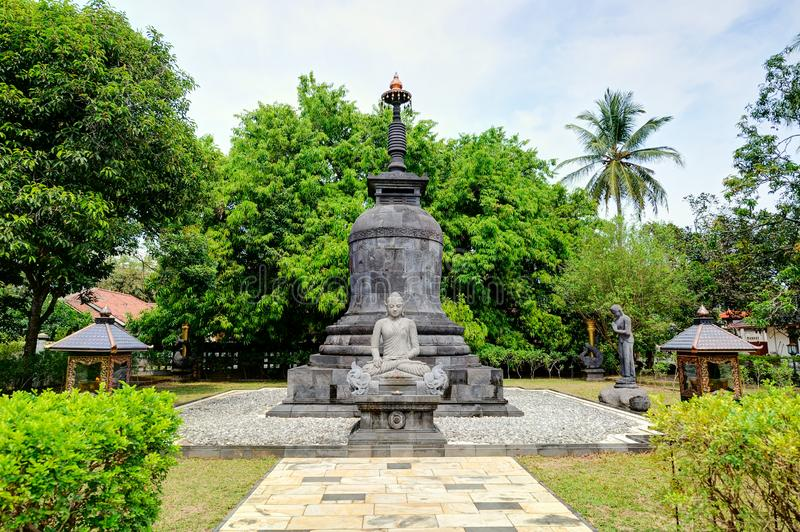 Estatua de Buda en Candi Mendut Monastery cerca de Borobudur central imagenes de archivo