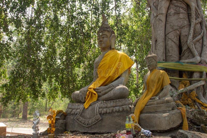 Estatua de Buda en el templo de Wat Ratchaburana, Phichit, Tailandia foto de archivo libre de regalías