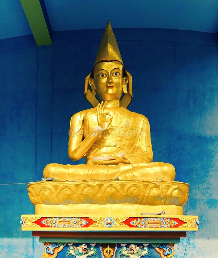 Estatua de Buda en Gompa dominante foto de archivo