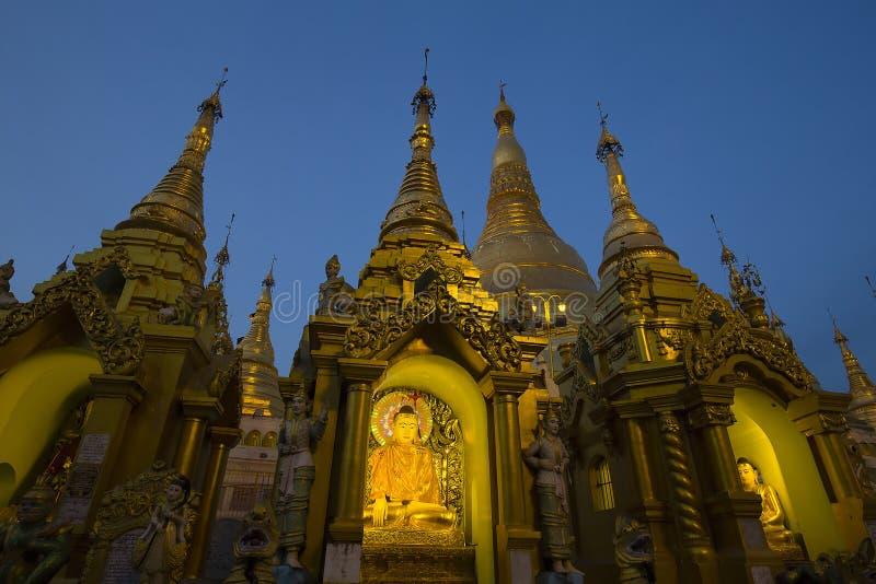 Estatua de Buda en la pagoda de Shwedagon en Rangún, Myanmar, Birmania Opinión de la noche fotografía de archivo libre de regalías