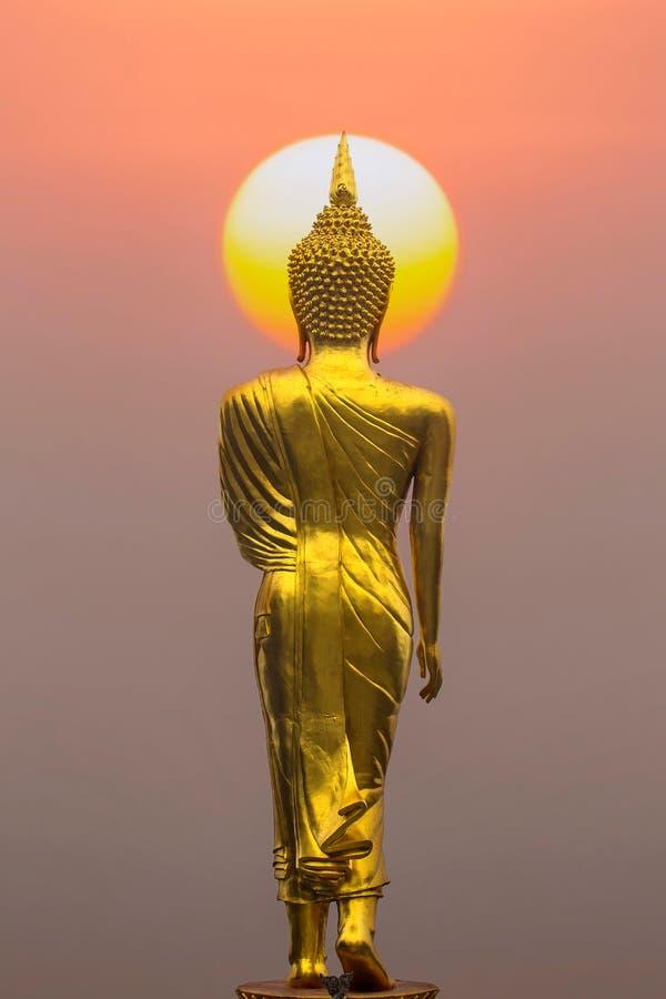 Estatua de Buda en la puesta del sol imagen de archivo libre de regalías