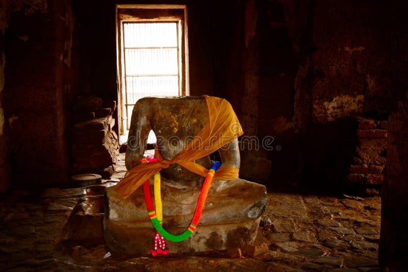 Estatua de Buda en Prang Sam Yot Lopburi Landmark en Tailandia imagenes de archivo