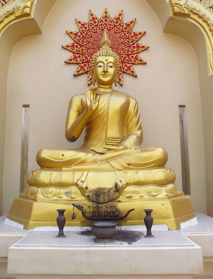 Estatua de Buda en templo budista fotografía de archivo