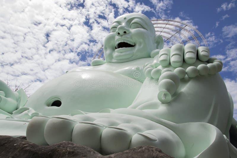 Estatua de Buda que se sienta y sonriente imágenes de archivo libres de regalías