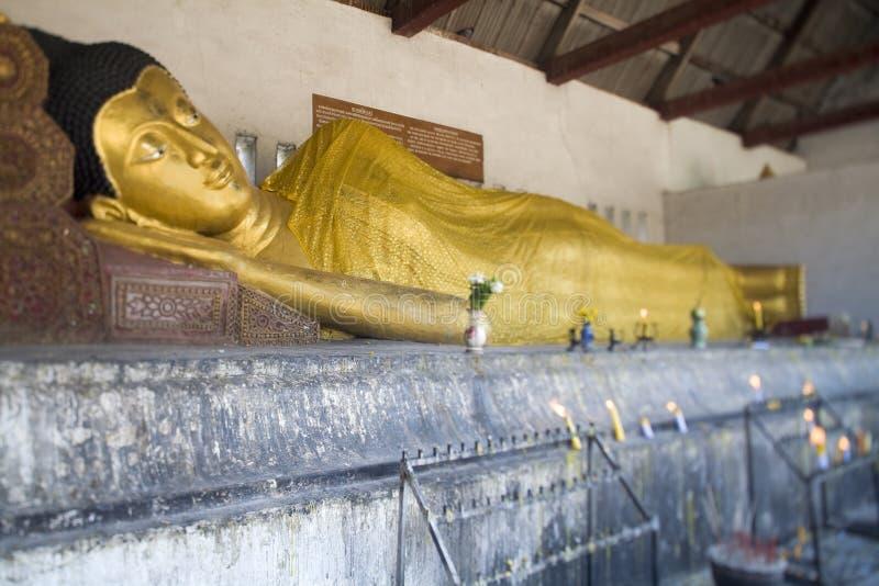 Estatua de Buddha en el templo Wat Chedi Luang, Tailandia fotografía de archivo