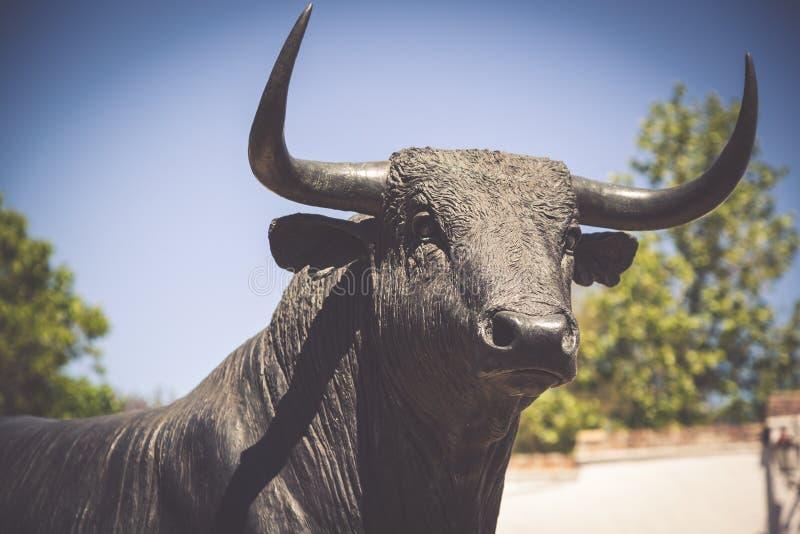 Estatua de Bull en Front Of The Bullfighting Arena en Ronda, España imagen de archivo