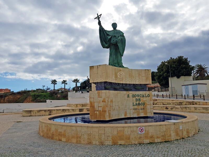 Estatua de C Goncalo de Lagos en Lagos Portugal fotos de archivo