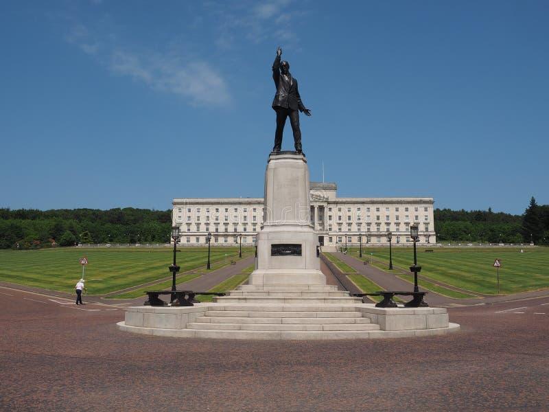 Estatua de Carson delante del parlamento de Stormont en Belfast imagenes de archivo