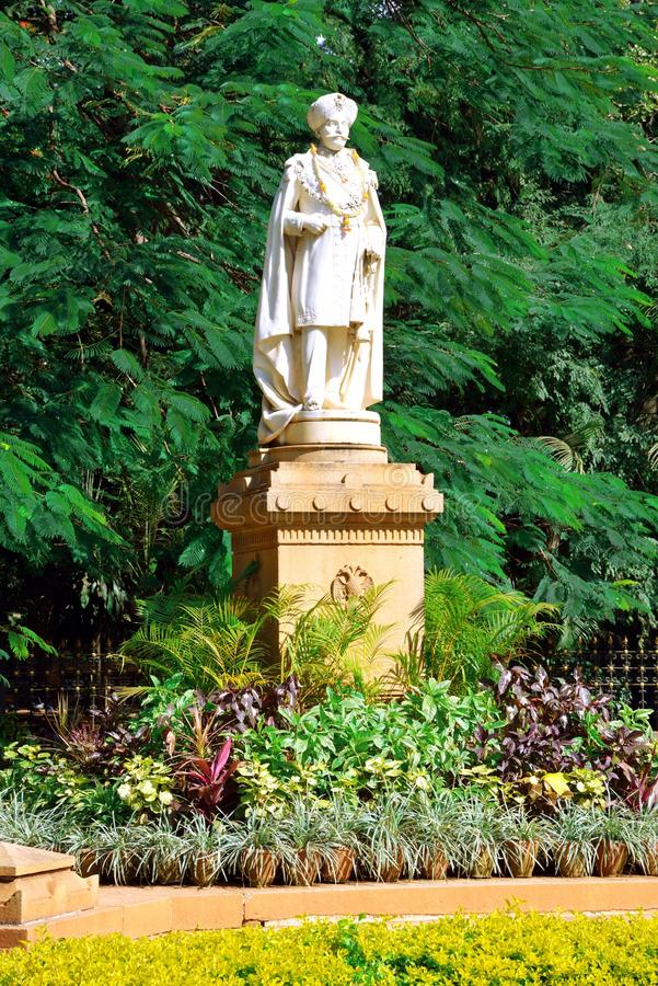 Estatua de Chamarajendra Wadiyars en el parque de Cubbon, Bengaluru (Bangalore) imagenes de archivo
