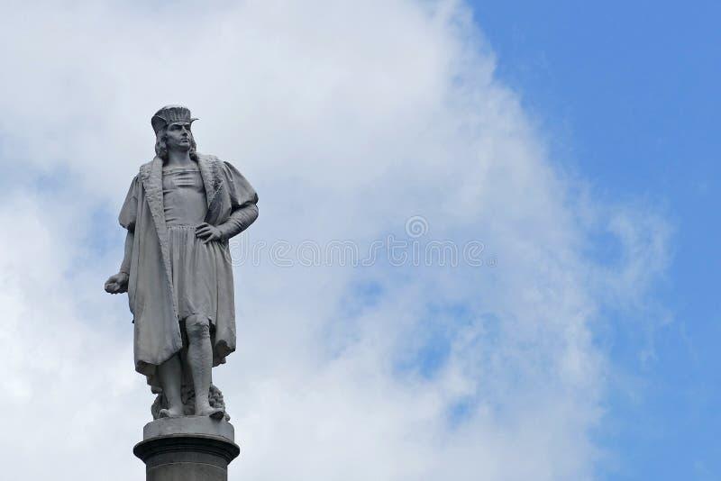 Estatua de Christopher Colombus con el cielo azul imagen de archivo libre de regalías
