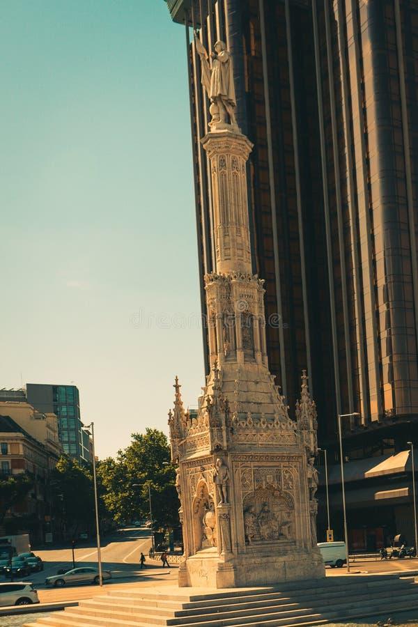 Estatua de Christopher Columbus y bandera española en el centro de Madrid fotos de archivo