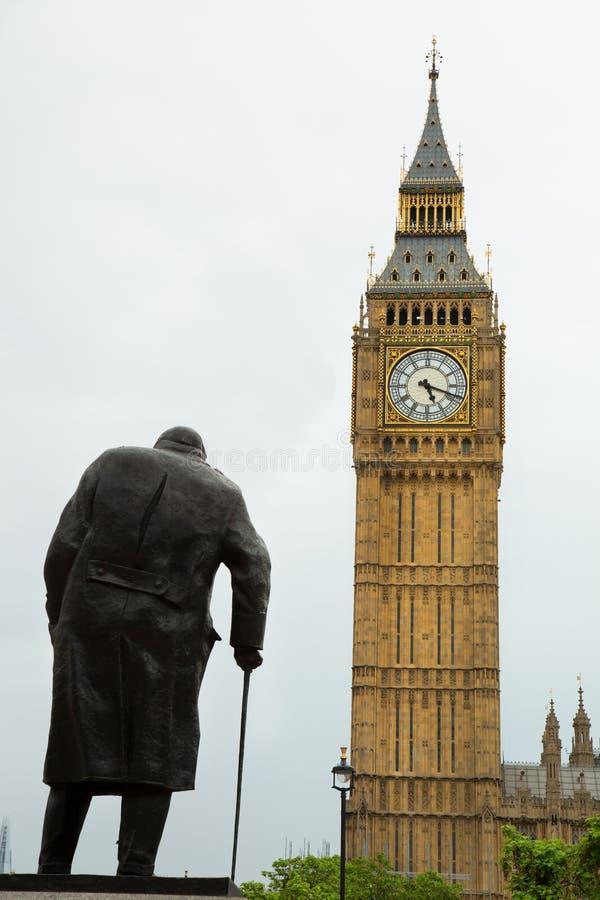 Estatua de Churchill y ben grande imagenes de archivo