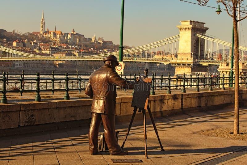Estatua de cobre del pintor que pinta el paisaje de la ciudad de Budapest foto de archivo libre de regalías
