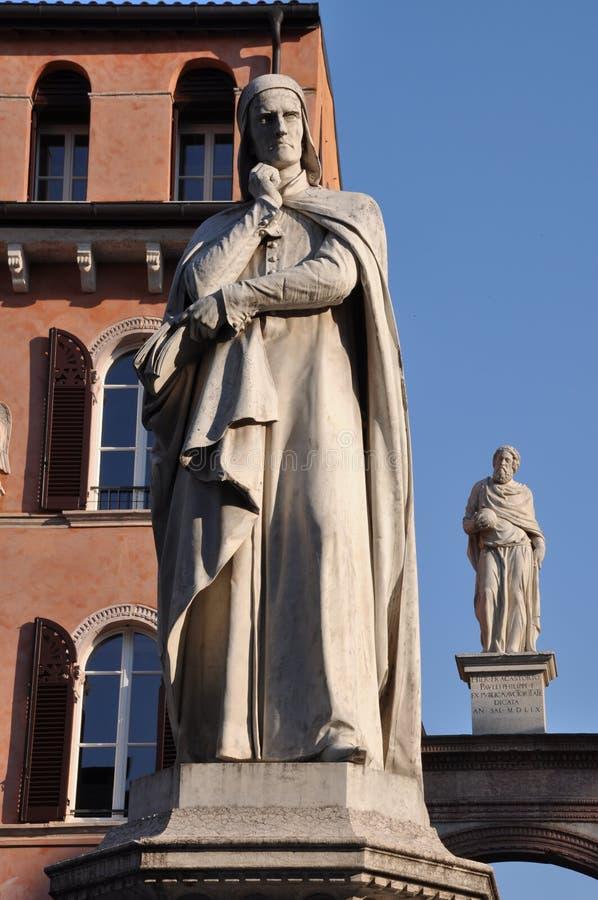 Estatua de Dante Alighieri en los Signori del dei de la plaza en Verona Veneto fotos de archivo