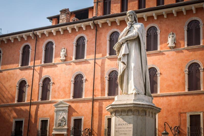 Estatua de Dante Alighieri en Signori cuadrados del dei de la plaza en Verona foto de archivo libre de regalías