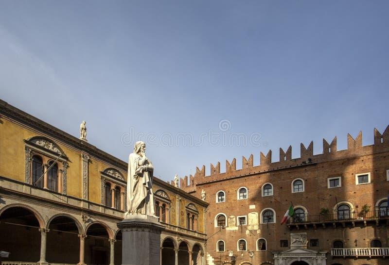 Estatua de Dante Alighieri en Signori del dei de la plaza, Verona, Italia Estatuas hermosas de Dante en el medio de la ciudad vie fotografía de archivo libre de regalías