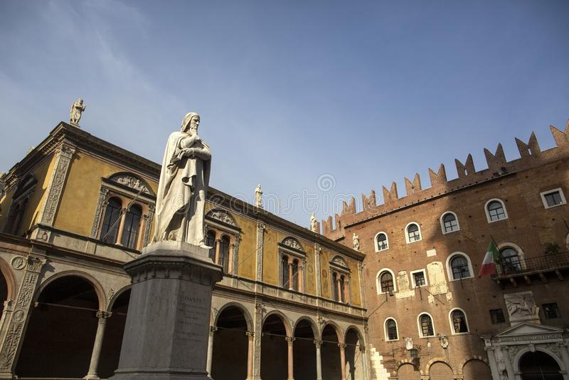 Estatua de Dante Alighieri en Signori del dei de la plaza, Verona, Italia Estatuas hermosas de Dante en el medio de la ciudad vie foto de archivo libre de regalías