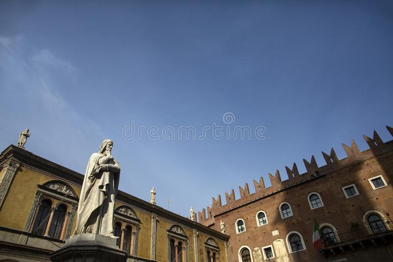 Estatua de Dante Alighieri en Signori del dei de la plaza, Verona, Italia Estatuas hermosas de Dante en el medio de la ciudad vie imágenes de archivo libres de regalías