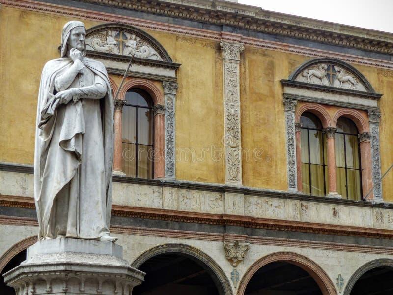 Estatua de Dante Alighieri en Signori del dei de la plaza a Verona en Italia fotografía de archivo libre de regalías