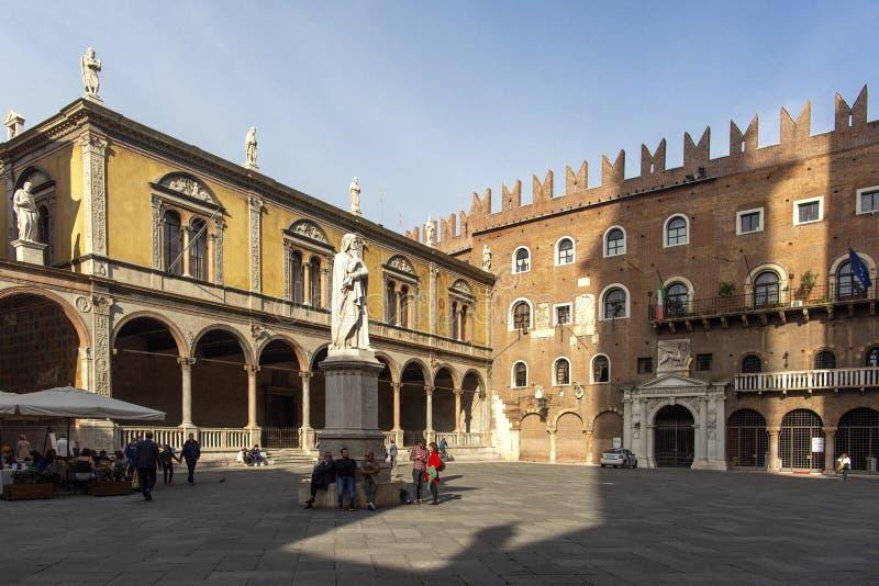 Estatua de Dante Alighieri en Signori del dei de la plaza, Verona, Italy-23 ottobre 2018 Estatuas hermosas de Dante en el medio d fotos de archivo libres de regalías