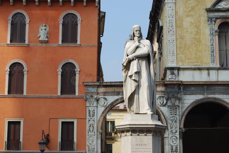 Estatua de Dante en Verona foto de archivo libre de regalías