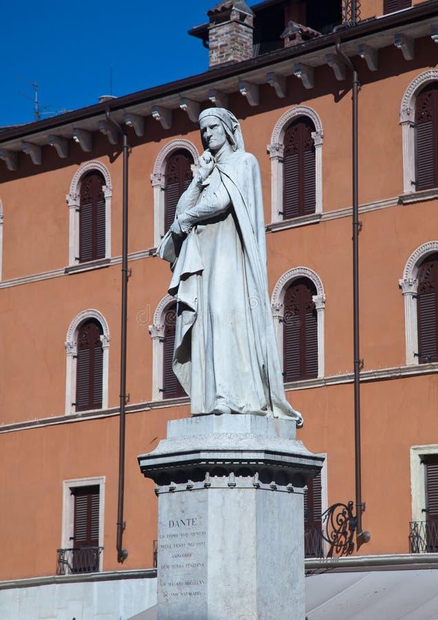 Estatua de Dante en Verona imágenes de archivo libres de regalías