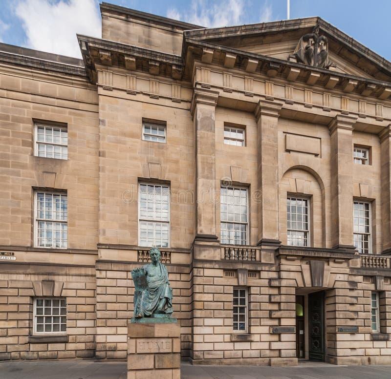 Estatua de David Hume y Palacio de Justicia, Edimburgo Escocia Reino Unido foto de archivo
