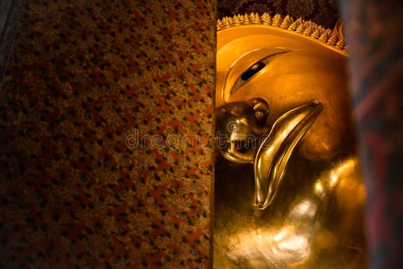 Estatua de descanso del oro de Buda, Wat Pho, Bangkok, Tailandia imágenes de archivo libres de regalías