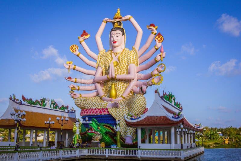 Estatua de dieciocho brazos Buda en Samui, Tailandia foto de archivo