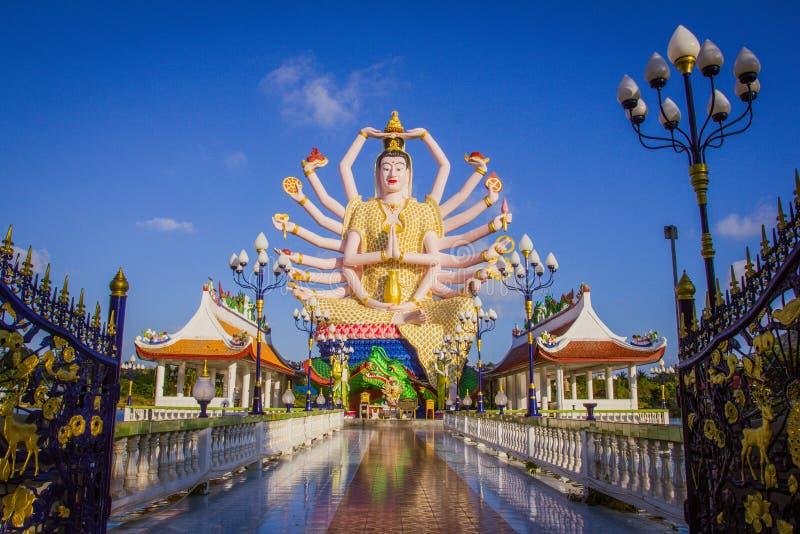 Estatua de dieciocho brazos Buda en Samui, Tailandia imagen de archivo