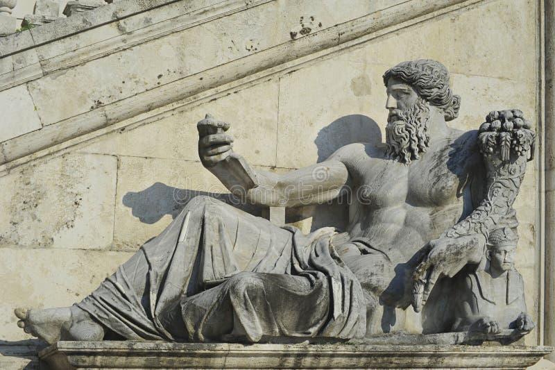 Estatua de dios del río Nilo, delante de Palazzo Senatorio, en Piazza del Campidoglio de Roma o el cuadrado de Capitoline, Roma,  foto de archivo