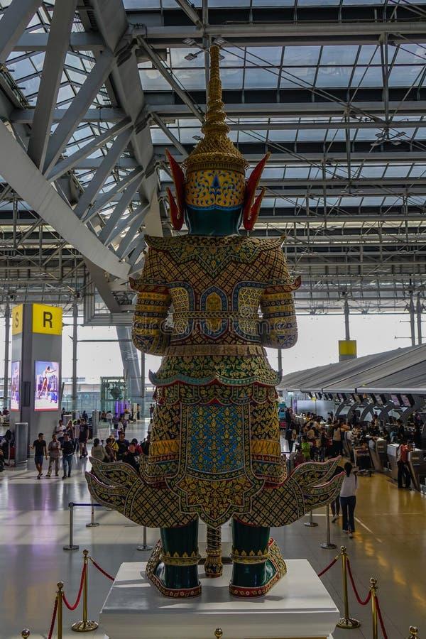 Estatua de dios en el aeropuerto de Bangkok Suvarnabhumi fotos de archivo