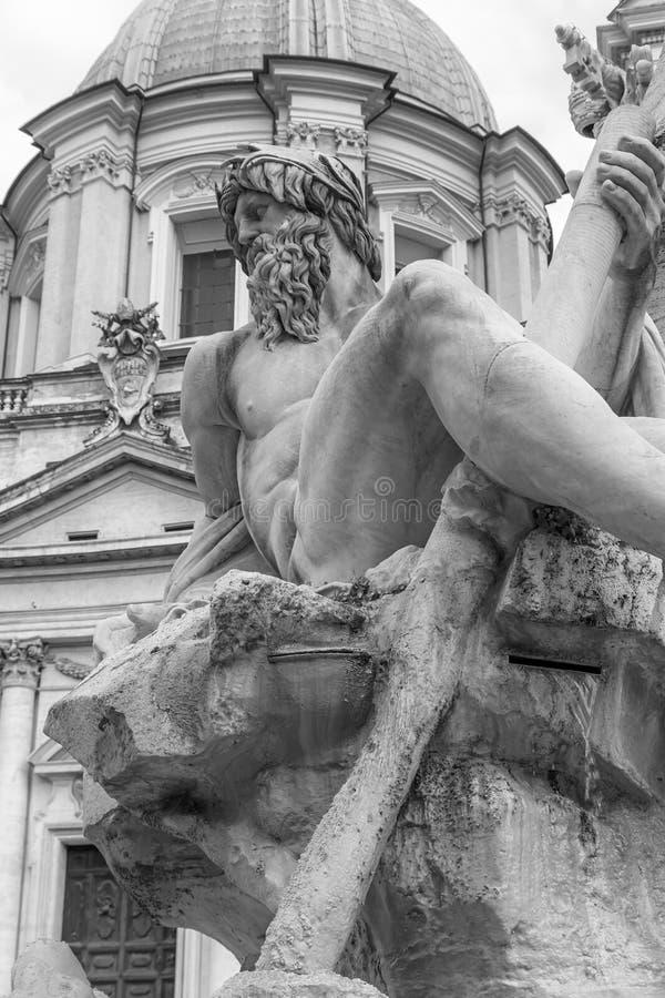 Estatua de dios Zeus en la fuente famosa de los cuatro ríos adentro fotografía de archivo