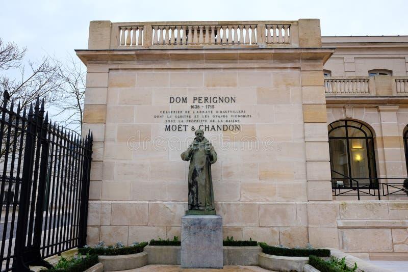 Estatua de Dom Perignon en Moet y Chandon en Epernay, Francia imagen de archivo