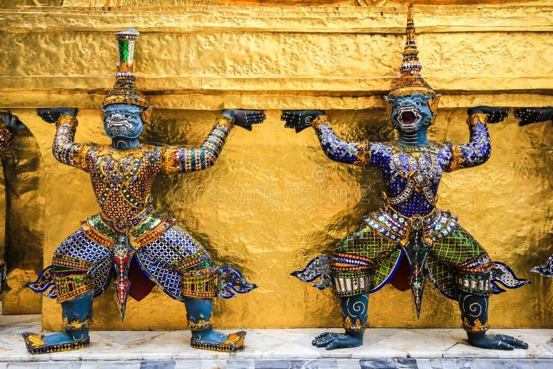Download Estatua De Dos Gigantes En El Templo Bangkok Tailandia Foto de archivo - Imagen de esmeralda, buddha: 42445418