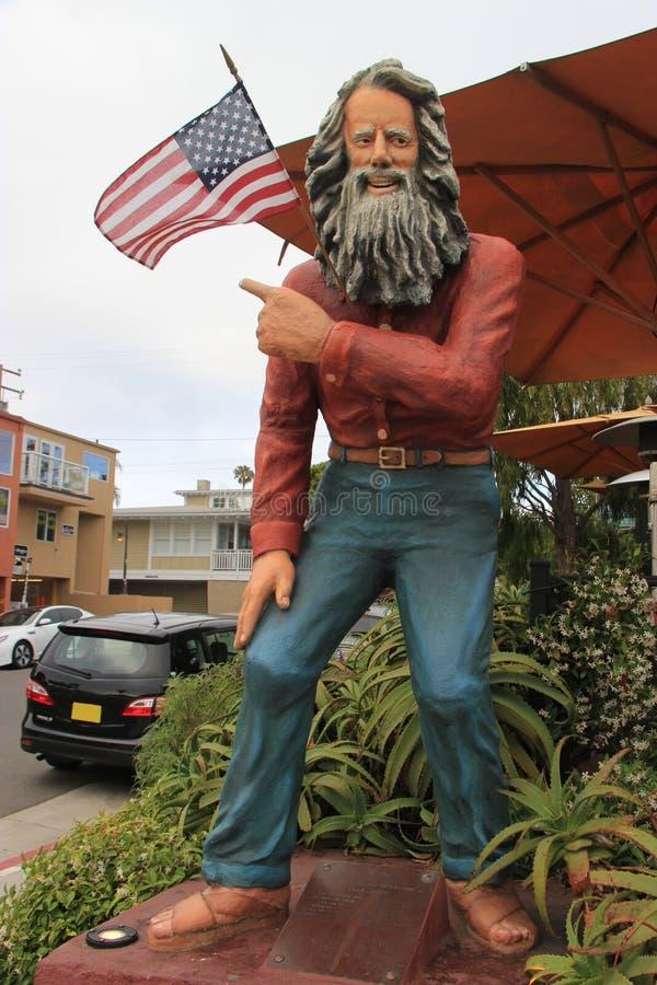 Estatua de Eiler Larsen, el Greeter del Laguna Beach, colocándose encendido imagen de archivo libre de regalías
