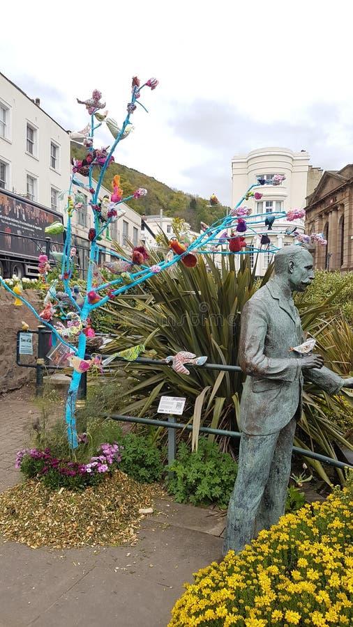 Estatua de Elgar y decoración del árbol fotografía de archivo