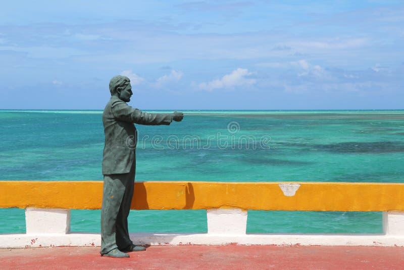 Estatua de Ernest Hemingway en el puente que lleva a Cayo Guillermo, al lado de los Cocos de Cayo, Cuba fotos de archivo libres de regalías