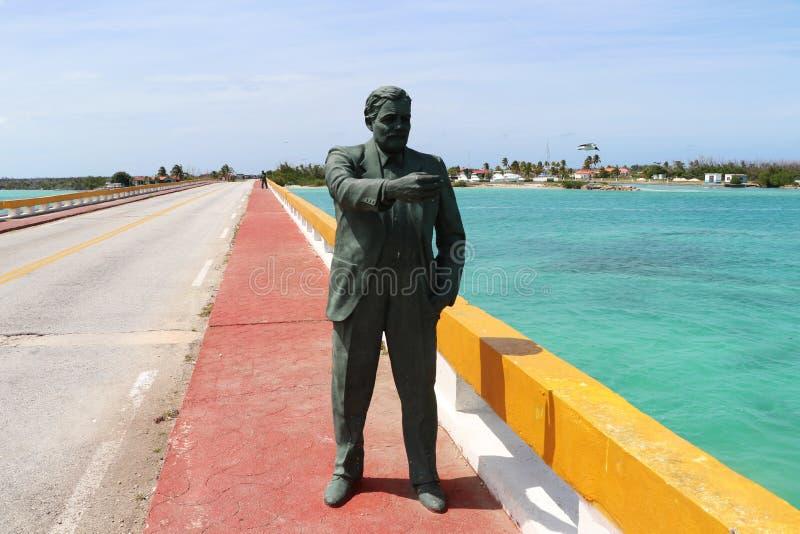 Estatua de Ernest Hemingway en el puente que lleva a Cayo Guillermo, al lado de los Cocos de Cayo, Cuba imagenes de archivo