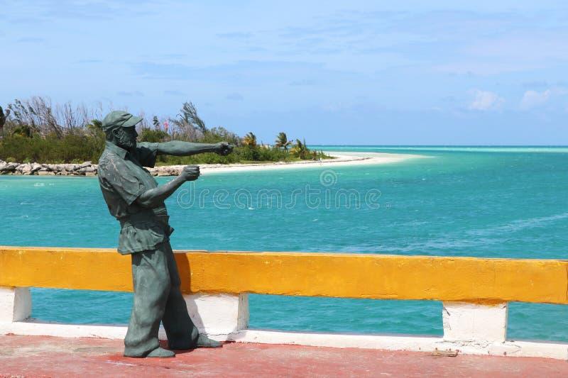 Estatua de Ernest Hemingway en el puente que lleva a Cayo Guillermo, al lado de los Cocos de Cayo, Cuba imagen de archivo libre de regalías