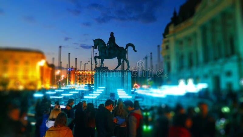 Estatua de EuropeLights Bucarest de rey Carol de Rumania en el festival de EuropeLights en el cual vemos un l imagenes de archivo