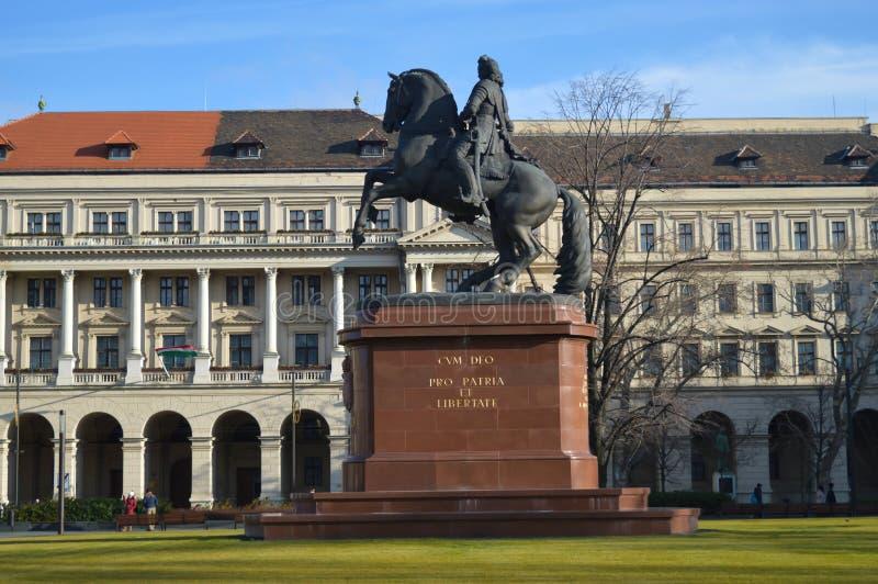 Estatua de Ferenc Rakoczi delante del edificio húngaro del parlamento en Budapest el 29 de diciembre, foto de archivo libre de regalías