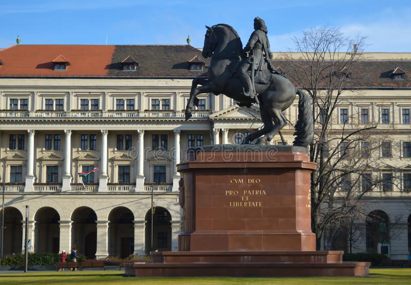 Estatua de Ferenc Rakoczi delante del edificio húngaro del parlamento en Budapest el 29 de diciembre, fotografía de archivo