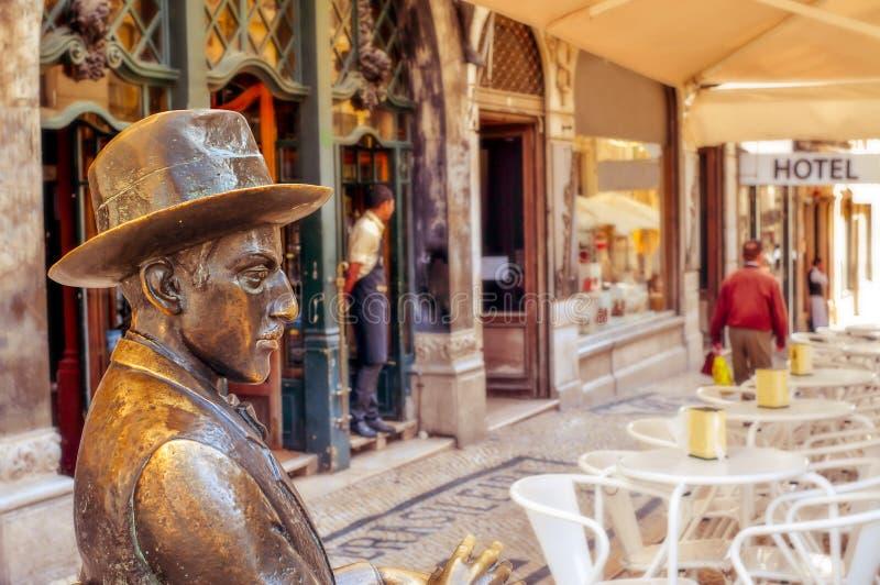 Estatua de Fernando Pessoa fuera del café un Brasileira en Lisboa fotografía de archivo